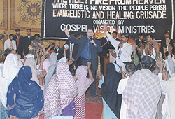 Large gathering of people in Faisalabad, Pakistan who came to hear Paul speak.